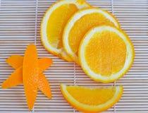 Skivaapelsin och apelsinskal på träbakgrund Royaltyfri Fotografi