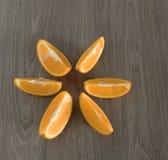 Skivad apelsin för ‹för †på trätabellen royaltyfria foton