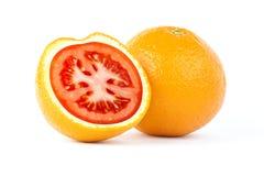 Skivad apelsin med den röda tomaten inom royaltyfri bild