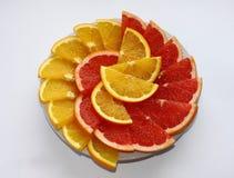 Skivad apelsin och grapefrukt på en platta Arkivfoton