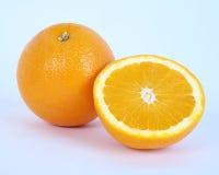 Skivad apelsin som isoleras på vit bakgrund royaltyfria foton