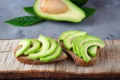 Skivad avokado med rostat brödbröd fotografering för bildbyråer
