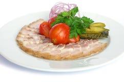 Skivad bacon med salladsidor på den wood bakgrunden Royaltyfri Bild