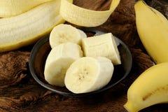 Skivad banan i bunke på trä Royaltyfri Foto