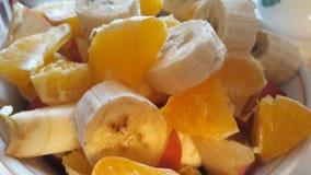 Skivad banan och apelsin för ‹för †saftig arkivfoto