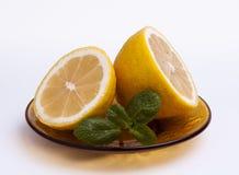 Skivad citron med mintkaramellen arkivfoto