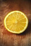 Skivad citron på en skärbräda spelrum med lampa Royaltyfri Fotografi