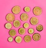 Skivad citron på rosa bakgrund Royaltyfri Fotografi