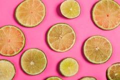 Skivad citron på rosa bakgrund Royaltyfri Bild