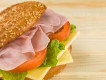Skivad förkylning lagad mat bagel för Ham With Fresh Tomato och ostsalladsesam arkivfoto