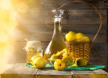 Skivad frukt för alkoholkvitten förbereder likör träinställningen fotografering för bildbyråer