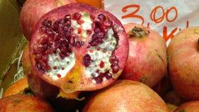 Skivad granatäpple som är till salu på marknaden Royaltyfri Fotografi