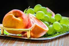 Skivad grapefrukt och druvor som är klara att vara server Royaltyfria Foton