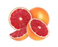 Skivad grapefrukt som isoleras på vit arkivfoton
