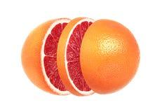Skivad grapefrukt som isoleras på vit bakgrund royaltyfri bild