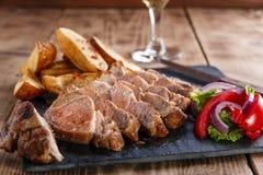 Skivad grisköttbiff med potatisar Royaltyfria Foton