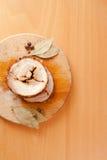 Skivad grisköttköttfärslimpa på träskärbräda Royaltyfri Fotografi