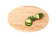 Skivad gurka på en skärbräda Arkivfoton