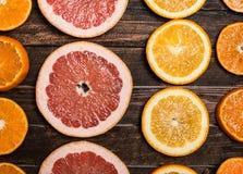 skivad half ananas för bakgrundssnittfrukt Ny citrus apelsin, grapefrukt, tangerinöverkant Royaltyfria Bilder