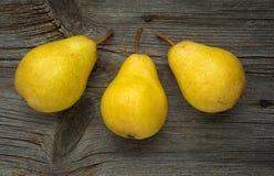skivad half ananas för bakgrundssnittfrukt Nya organiska päron på gammalt trä Fotografering för Bildbyråer