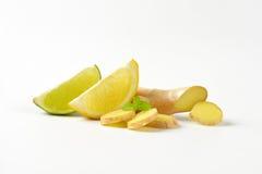 Skivad ingefära med citronen och limefrukt royaltyfri foto