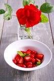 Skivad jordgubbe i en platta Arkivbild