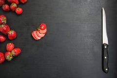 Skivad jordgubbe på den svarta tabellen Royaltyfri Foto