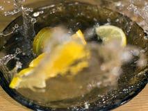 Skivad Kiwi Lemon och apelsin med waterdrops Royaltyfri Bild