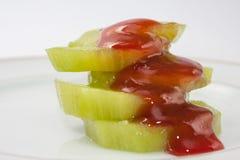 Skivad kiwi och överträffat med jordgubbesirap Royaltyfri Bild