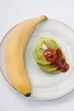 Skivad kiwi och överträffat med jordgubbesirap Royaltyfria Bilder