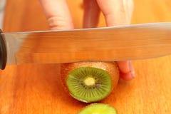 Skivad kiwi på ett träd i cirklar till slutet Royaltyfri Fotografi