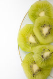 Skivad kiwi som staplas på en platta Royaltyfri Fotografi