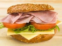 Skivad lagad mat bagel för Ham With Tomato och ostsalladsesam Royaltyfria Foton