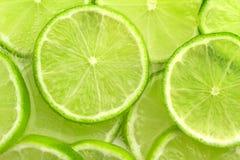 skivad limefrukt för ‹för †i kolsyrat vatten arkivbild
