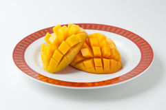 Skivad mango i en platta Arkivbilder
