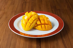 Skivad mango i en platta Royaltyfri Fotografi