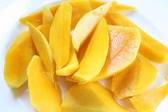 Skivad mango i platta arkivfoto