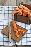 Skivad morötter och kniv Arkivbild