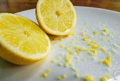 Skivad ny citron som ses med citronklockringning, för att användas i bakning royaltyfria bilder