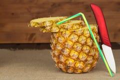 Skivad ny mogen ananas på en trätabell Förberedelse av diet-tillägg Fotografering för Bildbyråer