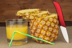 Skivad ny mogen ananas på en trätabell Förberedelse av diet-tillägg Arkivbilder