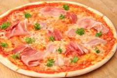 Skivad peperoni, skinka och champinjonpizza Royaltyfria Bilder