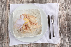 Skivad rå fryst fisk med is Arkivbilder
