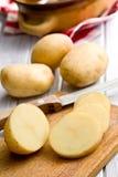 Skivad rå potatis arkivfoton