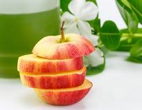 Skivad röd äpple och fruktsaft Fotografering för Bildbyråer