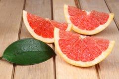 Skivad röd grapefrukt Arkivbild
