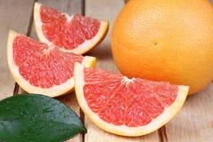 Skivad röd grapefrukt Arkivfoto
