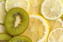 Skivad saftig citroner, limefrukt och kiwi ovanför sikt arkivbilder