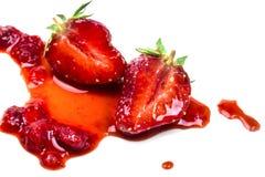 Skivad saftig jordgubbe med trämassa Royaltyfria Foton