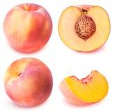 Skivad samling för persika som frukt isoleras på vit bakgrund arkivbild